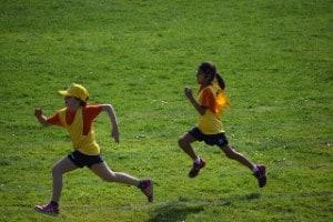 Niños practicando actividades de educación física