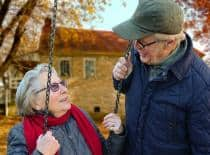 Personas mayores conversando
