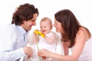 Padres realizando actividades estimulantes con su bebé