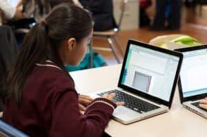 Adolescente utilizando las tics en el ámbito educativo