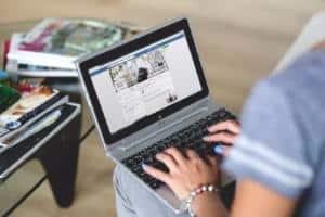 Estudiante realizando un mba en línea